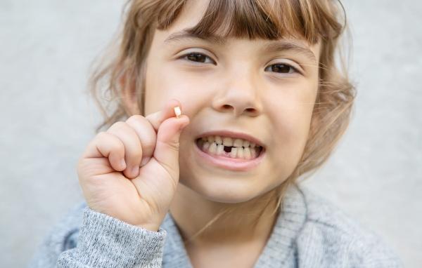 ¿Debo arrancar los dientes de leche que se mueven?